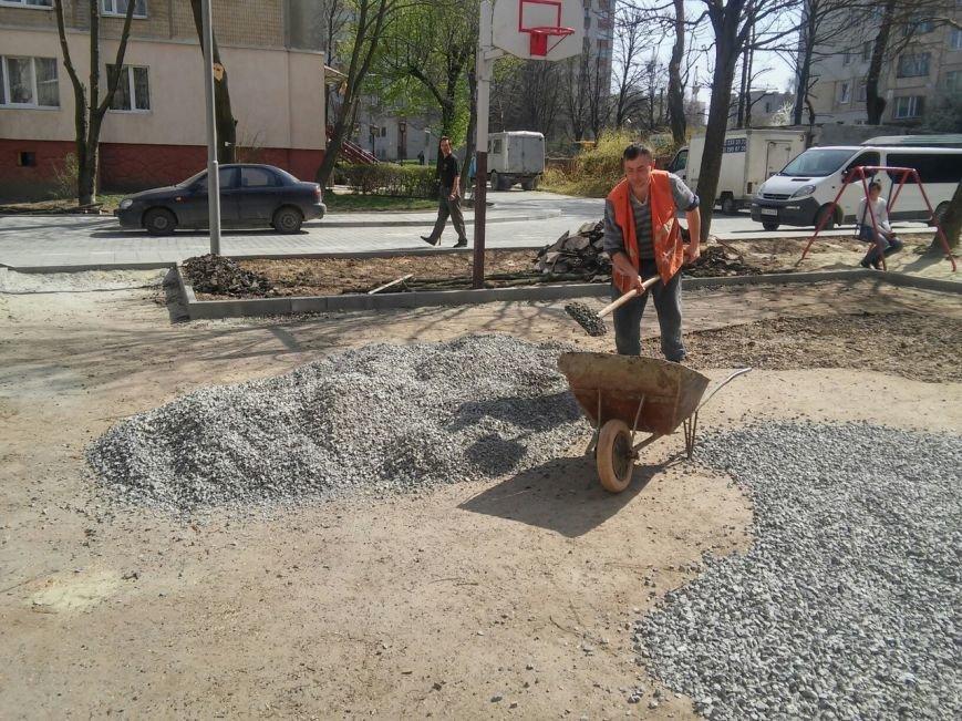 У Франківському районі тривають роботи з ремонту покриття баскетбольного майданчика (ФОТО) (фото) - фото 2