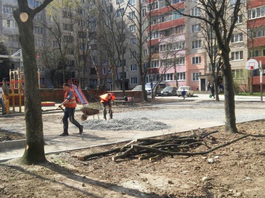У Франківському районі тривають роботи з ремонту покриття баскетбольного майданчика (ФОТО) (фото) - фото 4