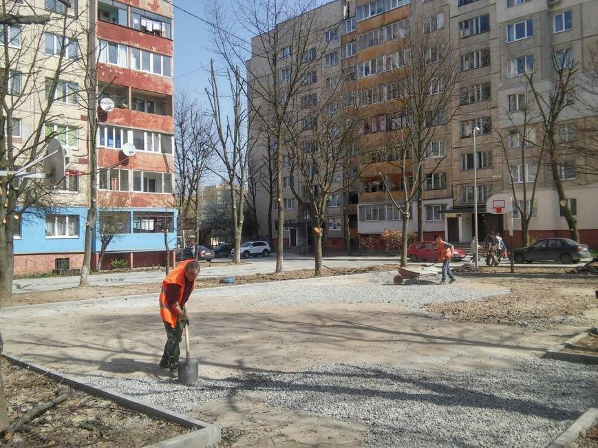У Франківському районі тривають роботи з ремонту покриття баскетбольного майданчика (ФОТО) (фото) - фото 5