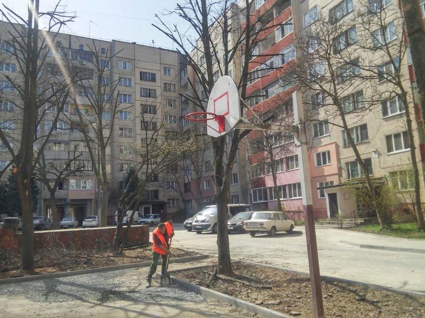 У Франківському районі тривають роботи з ремонту покриття баскетбольного майданчика (ФОТО) (фото) - фото 3