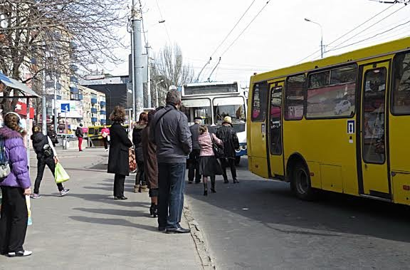 """На остановке в центре  Мариуполя не разминулись два """"Богдана"""" (Фотофакт), фото-1"""