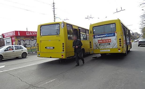 """На остановке в центре  Мариуполя не разминулись два """"Богдана"""" (Фотофакт), фото-2"""