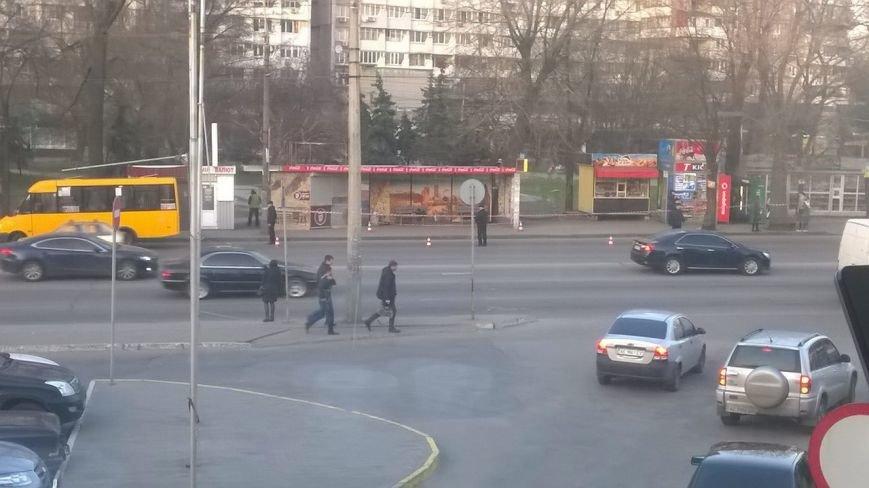 Полиция оцепила остановку возле Дафи: обследуют подозрительную сумку (ФОТО) (фото) - фото 1