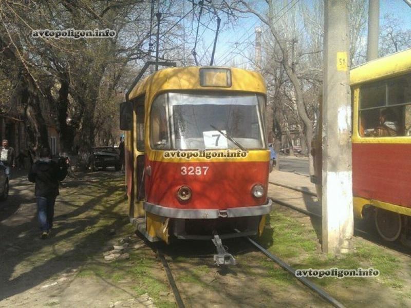В Одессе трамвай размазал машину таксиста об дерево (ФОТО) (фото) - фото 1