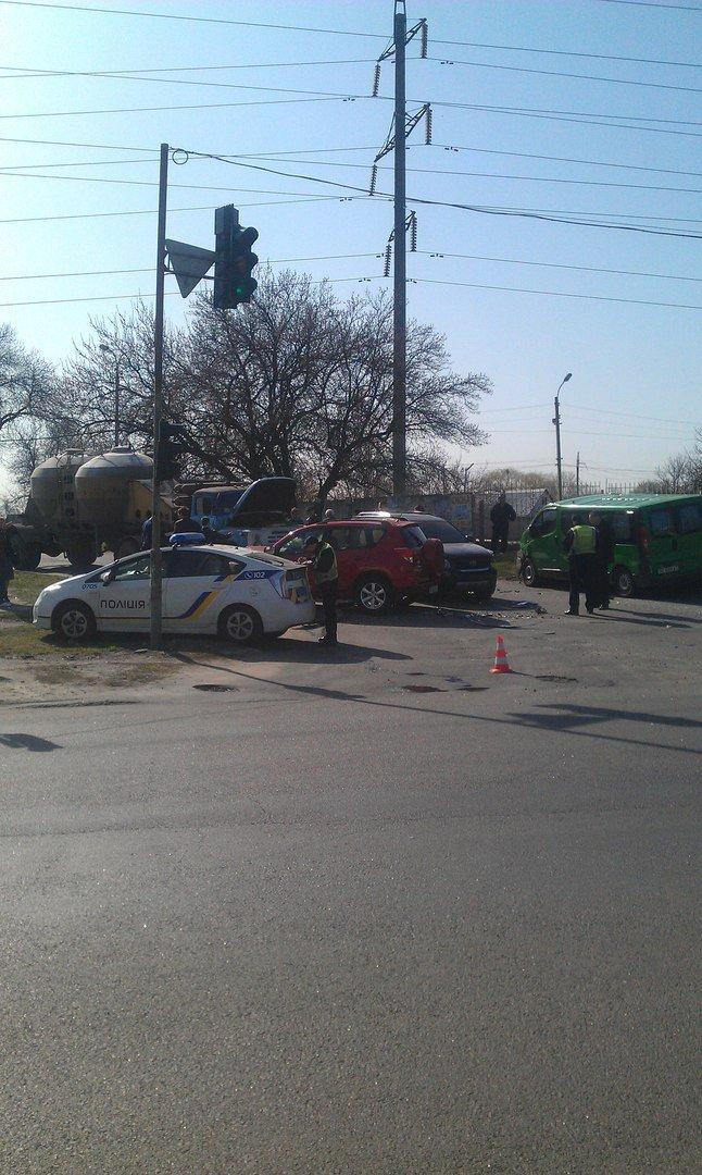 ДТП на Донецком шоссе: ЗИЛ столкнулся с тремя иномарками (ФОТО) (фото) - фото 1
