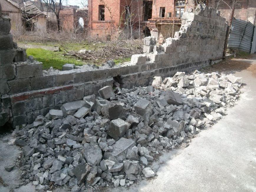 В Мариуполе на тротуар рухнул забор (ФОТО) (фото) - фото 3