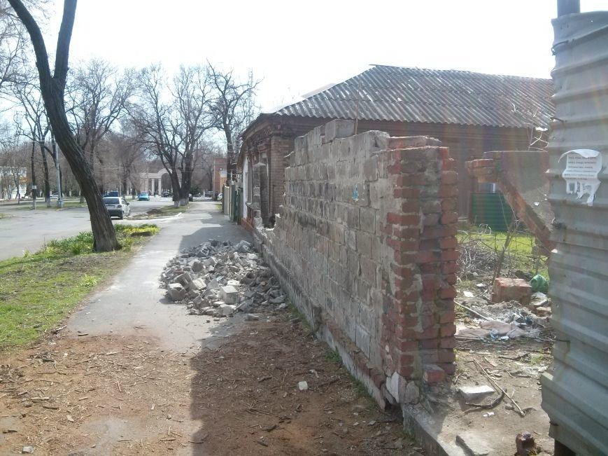 В Мариуполе на тротуар рухнул забор (ФОТО) (фото) - фото 1