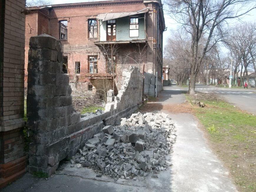 В Мариуполе на тротуар рухнул забор (ФОТО) (фото) - фото 2