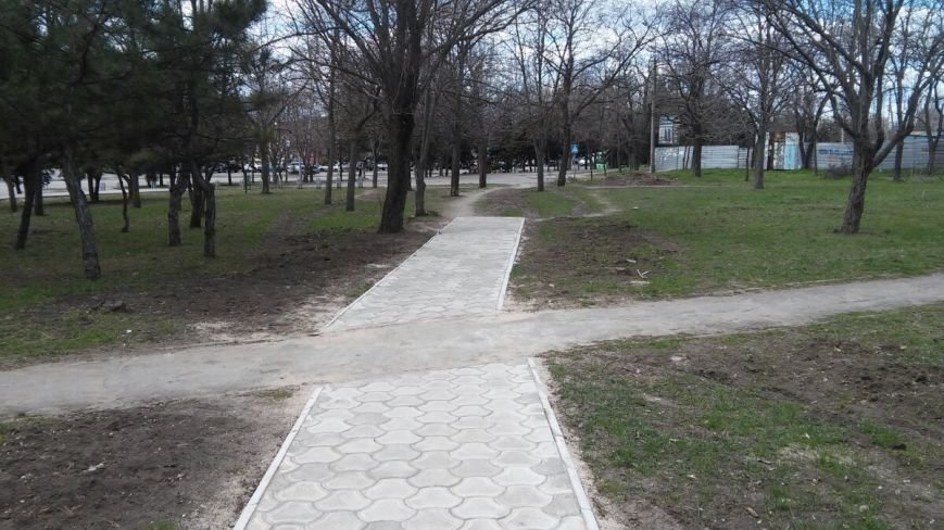 Дорожка в никуда и лавочки в земле. В мариупольском парке Победа продолжается реконструкция (ФОТО) (фото) - фото 1