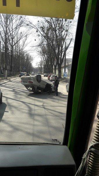 В поселке Жуковского авария: «Lanos» перевернуло на крышу (ФОТОФАКТ) (фото) - фото 1