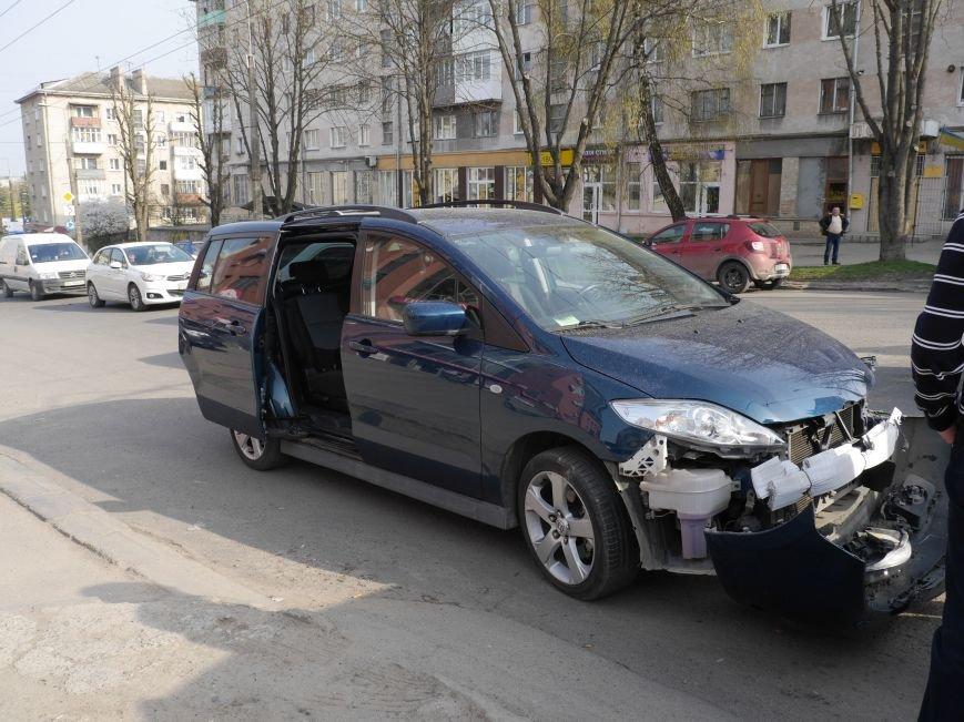 У Тернополі, на вулиці Мазепи, зіткнулися ВАЗ і «Мазда» (Фото) (фото) - фото 1