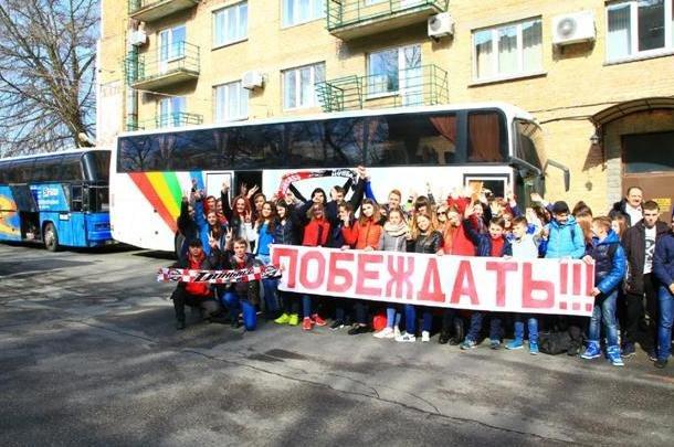 «Вперед, «Донбасс»! Вперед, родной! Мы за тебя стоим стеной!» - студенты ДонНТУ Красноармейска посетили Чемпионат Украины по хоккею (фото) - фото 2