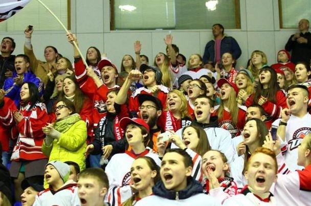 «Вперед, «Донбасс»! Вперед, родной! Мы за тебя стоим стеной!» - студенты ДонНТУ Красноармейска посетили Чемпионат Украины по хоккею (фото) - фото 6