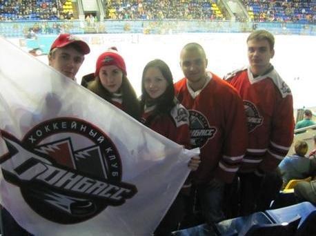 «Вперед, «Донбасс»! Вперед, родной! Мы за тебя стоим стеной!» - студенты ДонНТУ Красноармейска посетили Чемпионат Украины по хоккею (фото) - фото 3