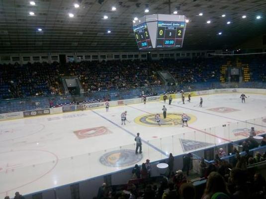«Вперед, «Донбасс»! Вперед, родной! Мы за тебя стоим стеной!» - студенты ДонНТУ Красноармейска посетили Чемпионат Украины по хоккею (фото) - фото 9