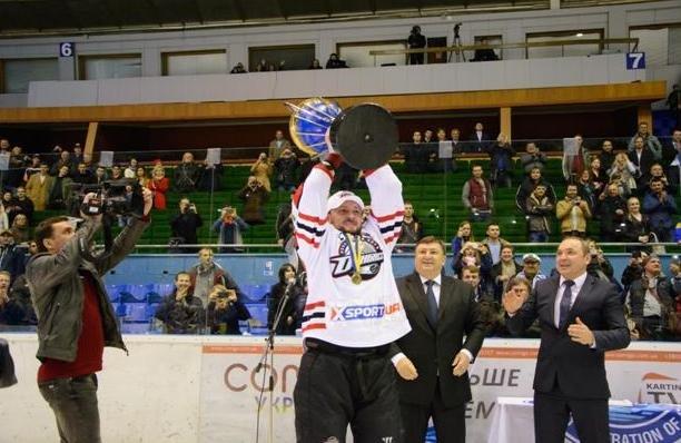 «Вперед, «Донбасс»! Вперед, родной! Мы за тебя стоим стеной!» - студенты ДонНТУ Красноармейска посетили Чемпионат Украины по хоккею (фото) - фото 11