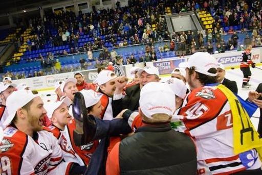 «Вперед, «Донбасс»! Вперед, родной! Мы за тебя стоим стеной!» - студенты ДонНТУ Красноармейска посетили Чемпионат Украины по хоккею (фото) - фото 12