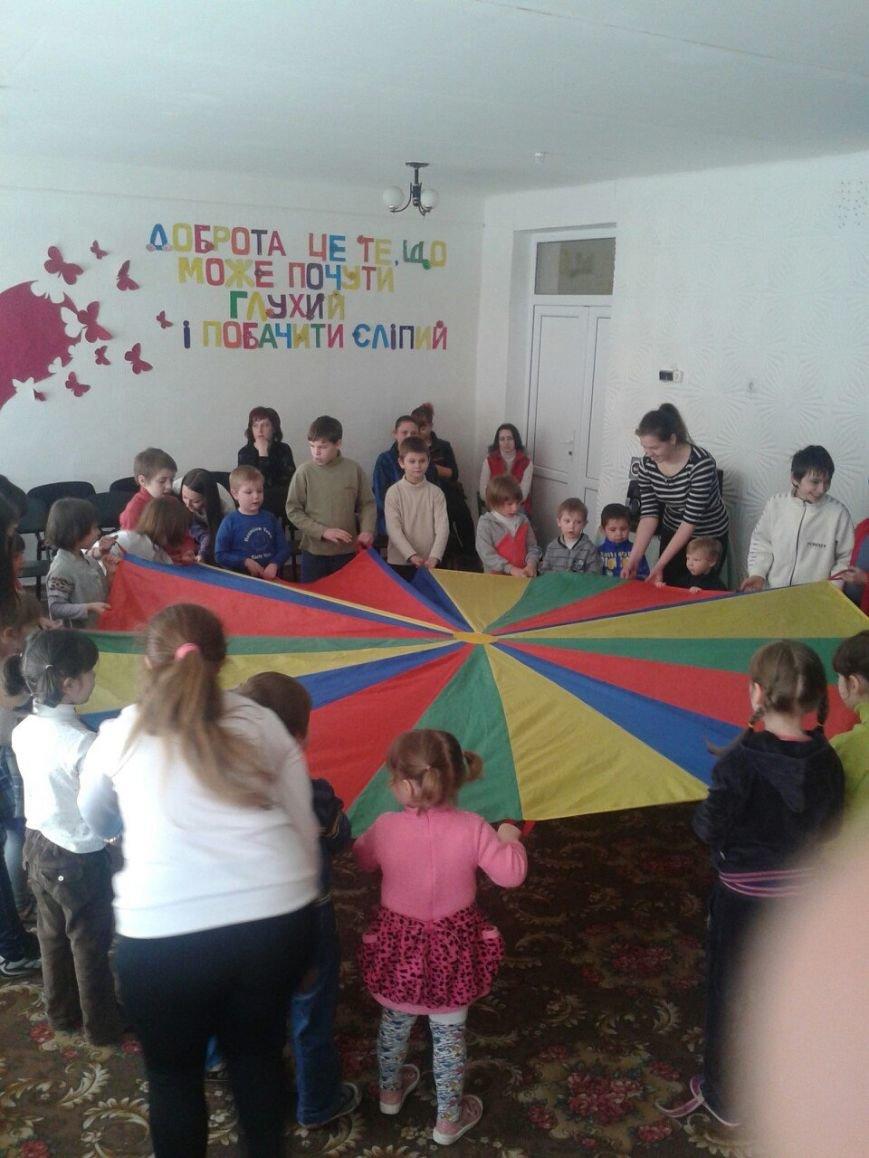 Днепродзержинские студенты устроили праздник для воспитанников детского приюта (фото) - фото 2