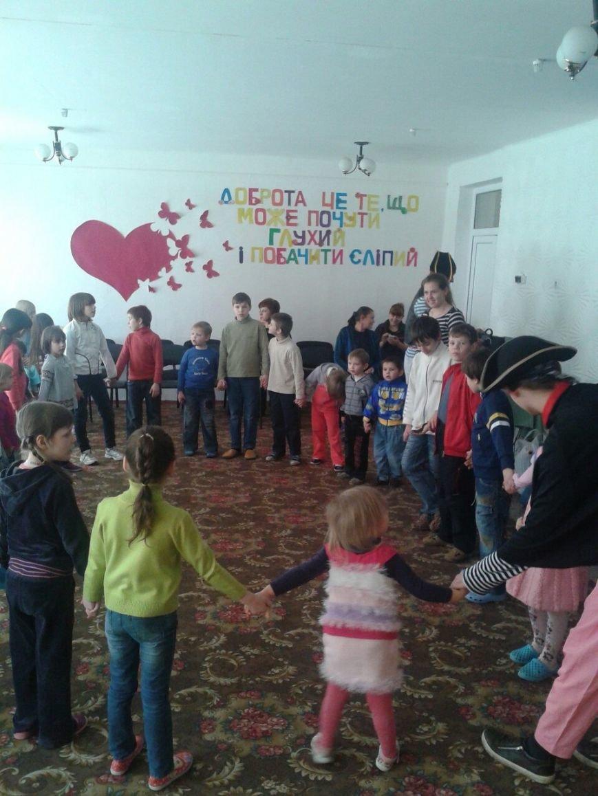 Днепродзержинские студенты устроили праздник для воспитанников детского приюта (фото) - фото 5