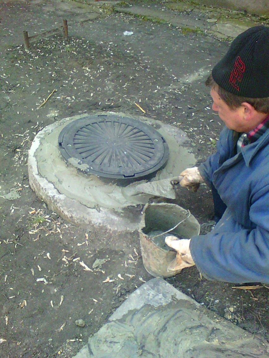 В большом Доброполье серьезно взялись за прочистку канализационных люков (фото) - фото 1
