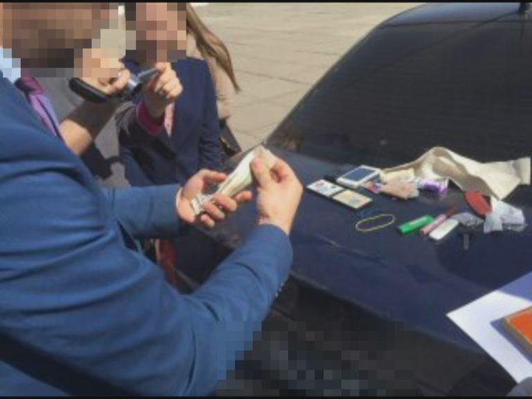 Чиновница на Днепропетровщине требовала 4 тысячи долларов за снятие ареста с иномарки (фото) - фото 1