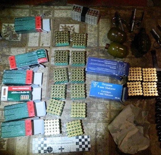 В Днепровском районе в гараже полиция обнаружила арсенал боеприпасов (ФОТО) (фото) - фото 1
