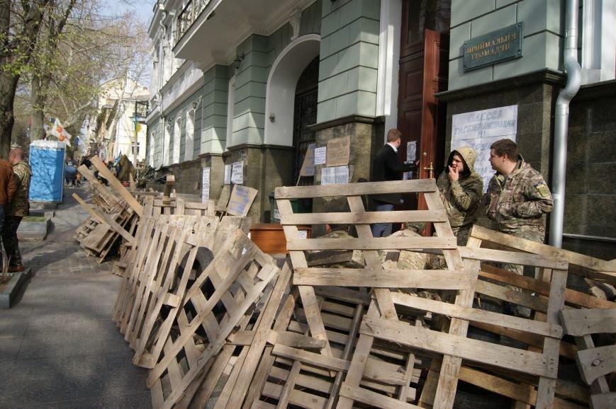 584e4710c8e49c24f0b269a628e0bae8 Прокурорский майдан в Одессе оброс баррикадами: Его защитники облачились в бронежилеты