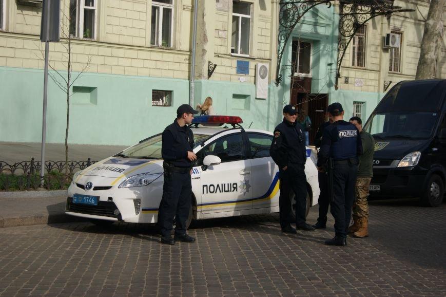 Прокурорский майдан в Одессе оброс баррикадами: Его защитники облачились в бронежилеты (ФОТО) (фото) - фото 1