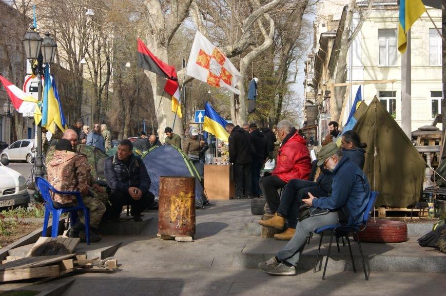 7e4851e8998b6fa2a10e9223bd49bdd7 Прокурорский майдан в Одессе оброс баррикадами: Его защитники облачились в бронежилеты