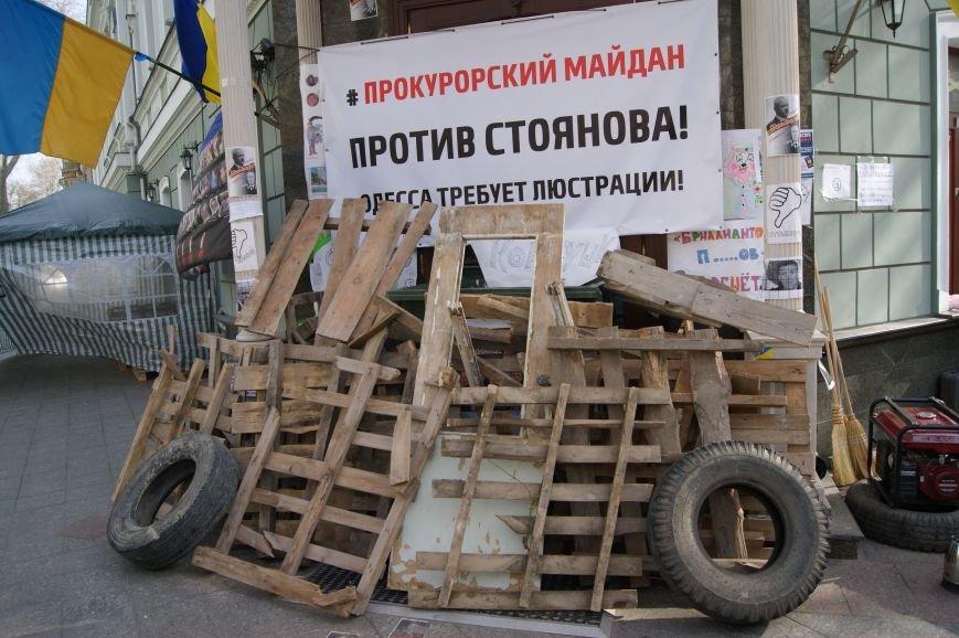 aa1e664414e6b45f7138646c956ba07c Прокурорский майдан в Одессе оброс баррикадами: Его защитники облачились в бронежилеты