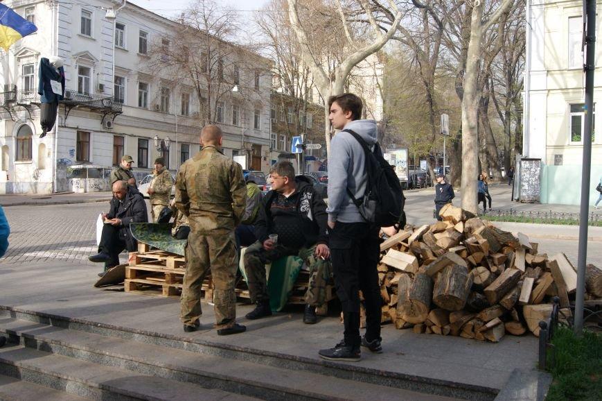 b03cc60df702116a6952d09d6b5ea4de Прокурорский майдан в Одессе оброс баррикадами: Его защитники облачились в бронежилеты