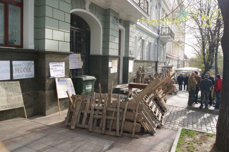 c2cf2927b9554e06c6ad5ab6757c5ab1 Прокурорский майдан в Одессе оброс баррикадами: Его защитники облачились в бронежилеты