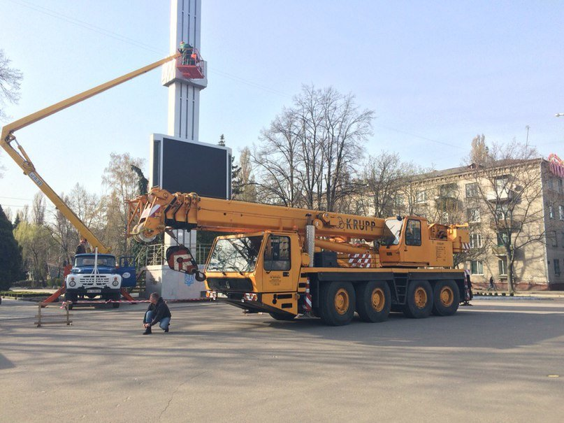 В городе на Полтавщине сняли серп и молот на площади Независимости (ВИДЕО) (фото) - фото 2
