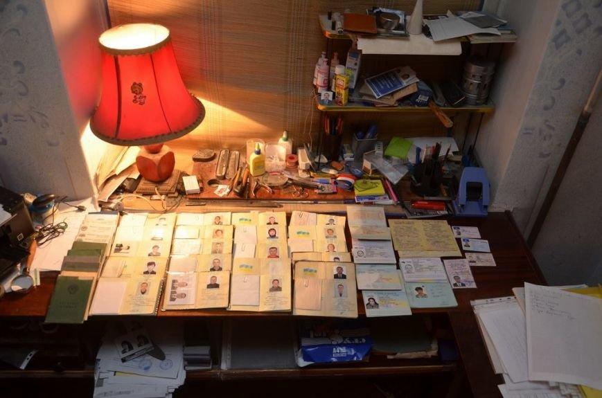 У Франківську затримали осіб, котрі організували бізнес з виготовлення підроблених докуменів (фото) - фото 2