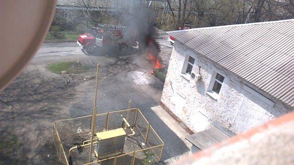 Возле здания новошахтинского суда подожгли автомобиль (фото) - фото 2