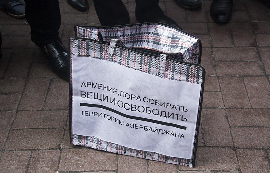 В Киеве диаспора Азербайджана пикетирует посольство Армении (ФОТО, ВИДЕО) (фото) - фото 1