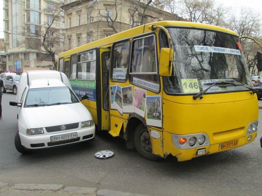2bea468839d4b5d35dcbf7da264722b7 В центре Одессы маршрутка врезалась в иномарку