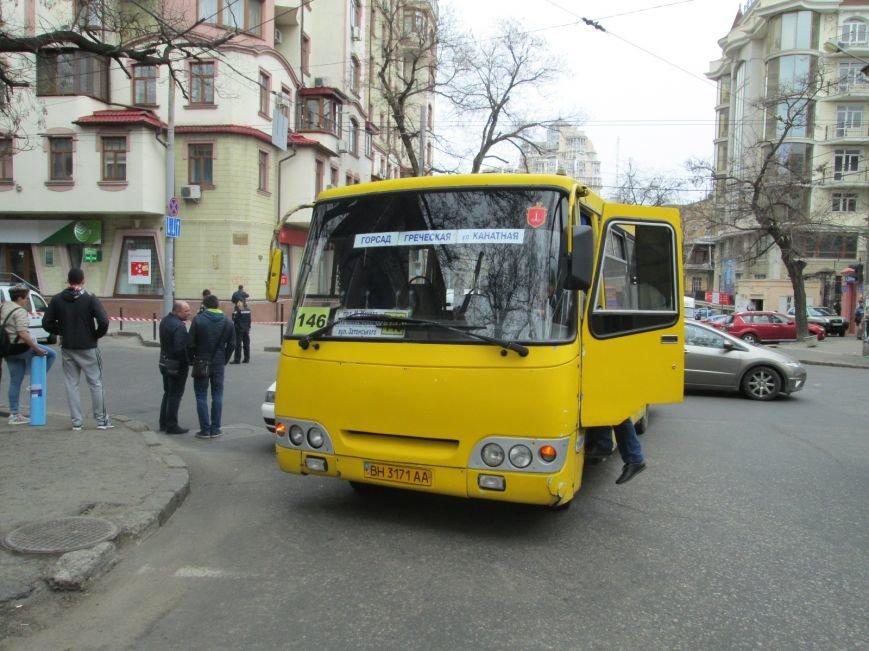 7f2f32a22baefdfd6bd832a082ba5836 В центре Одессы маршрутка врезалась в иномарку