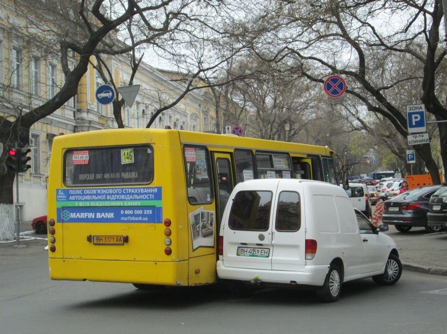 a8971be7fa1fab771d38284f9382c2ef В центре Одессы маршрутка врезалась в иномарку
