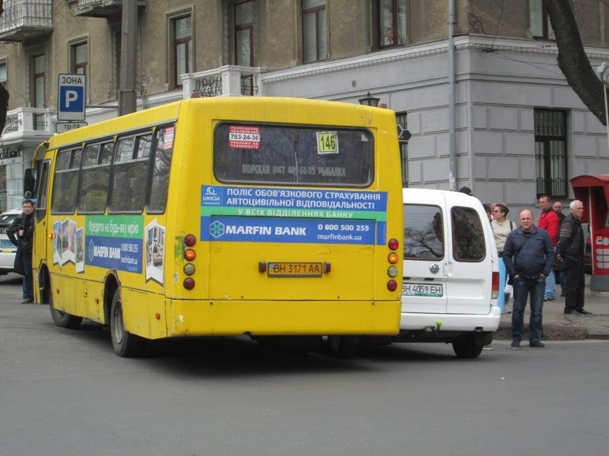 decf869fa3e11247fa07033323472c99 В центре Одессы маршрутка врезалась в иномарку