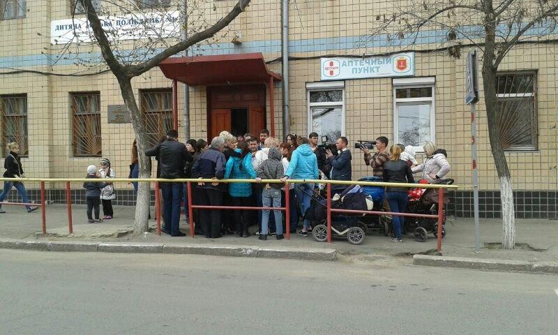 839a209538d4360b5fada99133cab745 Мамочки одесской Слободки бастуют против закрытия детской поликлиники
