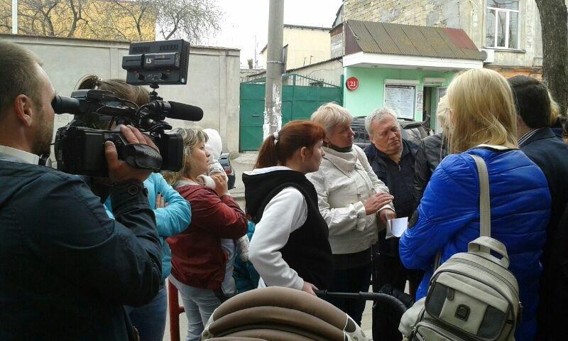 8abe0c51bc669afd86e9db4ad6d5709b Мамочки одесской Слободки бастуют против закрытия детской поликлиники