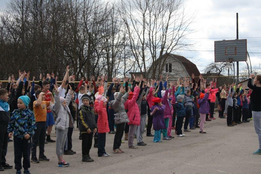 Школьники Дновского района приняли участие в физкультурно-спортивной акции «Зарядка для всех!», фото-1