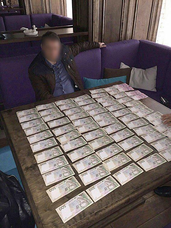 Налоговик из Чернигова требовал 30 тысяч гривен взятки вместо штрафа (фото) - фото 1