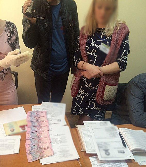 У Львові затримали чиновницю міграційної служби, яка