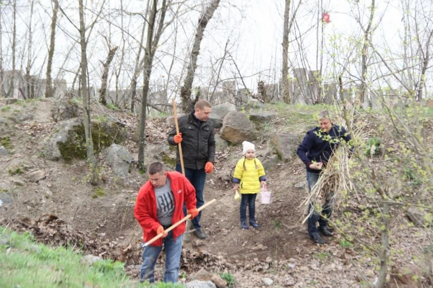 Как мэр Кременчуга со своими замами на набережной Днепра прибирались (фото и видео), фото-1