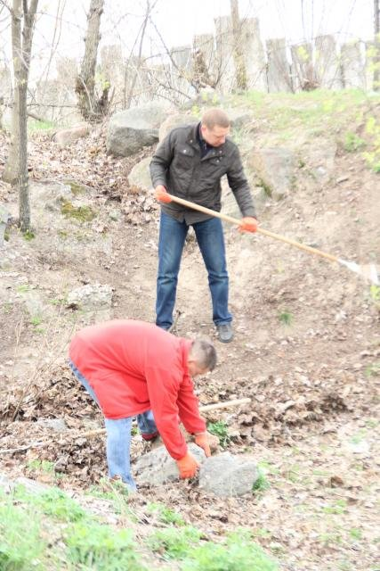 Как мэр Кременчуга со своими замами на набережной Днепра прибирались (фото и видео), фото-2