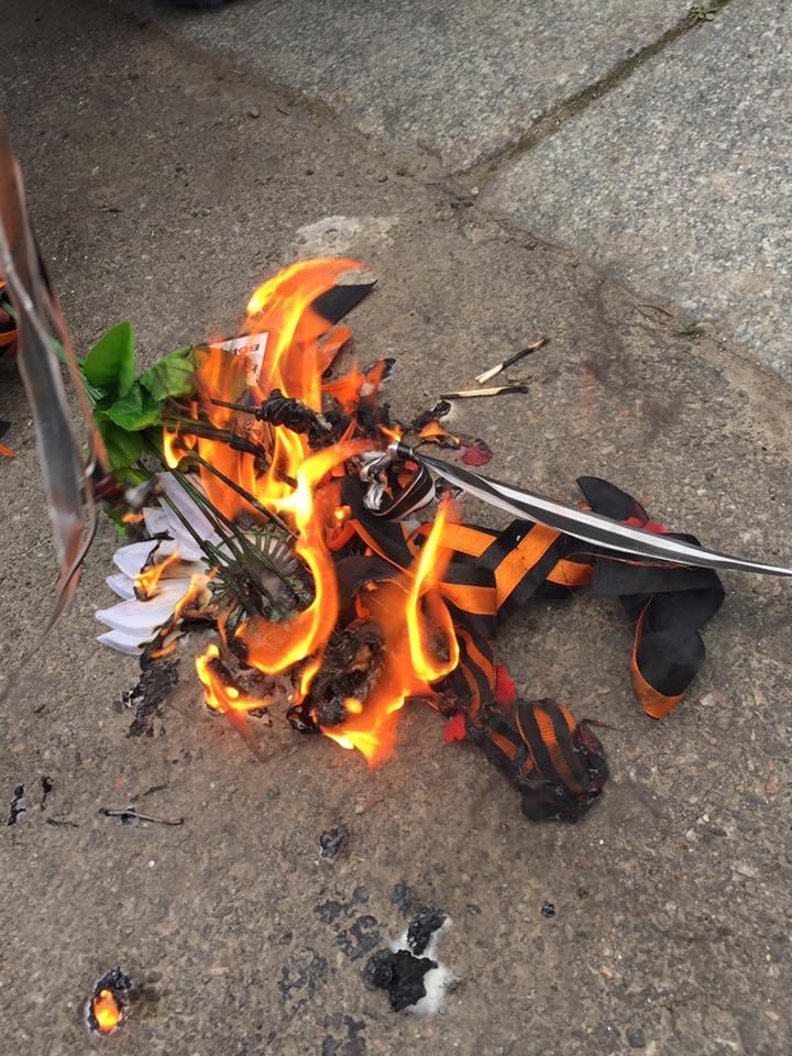 8a1fa60d56f7faf574767f9b7d2f42d7 Патриоты в Одессе сожгли символы современного фашизма