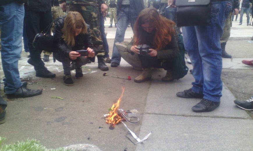 dd0e95f51acd80f49f72b53712dc0e2b Патриоты в Одессе сожгли символы современного фашизма