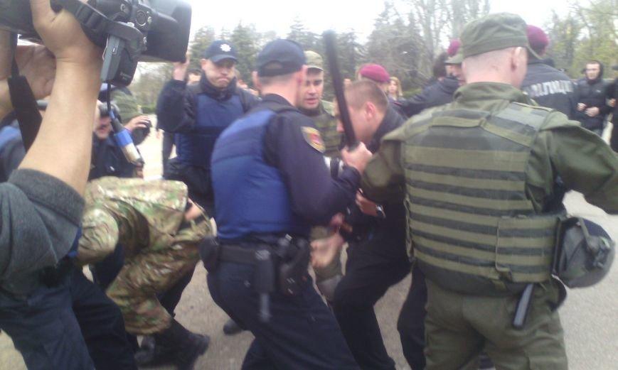 На Куликовом поле активисты «Правого сектора» схлестнулись с полицией (ФОТО, ВИДЕО) (фото) - фото 1